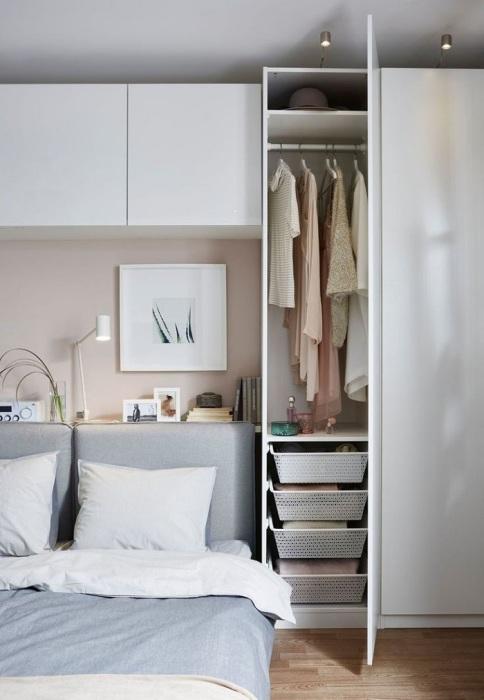 Практичный вариант - шкаф до потолка в тон стен. / Фото: Pinterest.co.uk