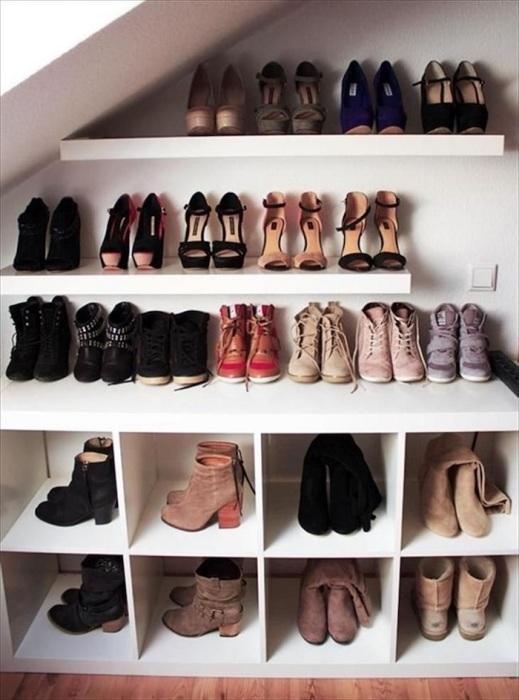 Вы сможете легко найти обувь, если будете сортировать ее в гардеробе по сезонам. / Фото: pinterest.ru