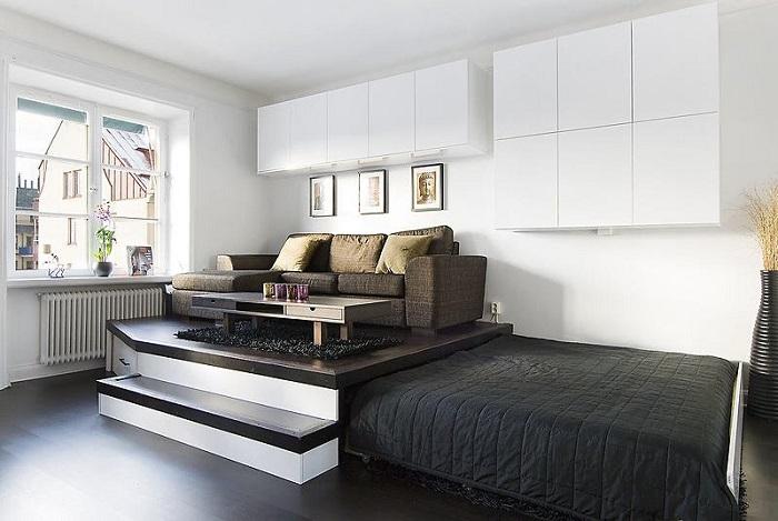 Кровать, которую можно задвинуть в подиум, экономит место. / Фото: severdv.ru