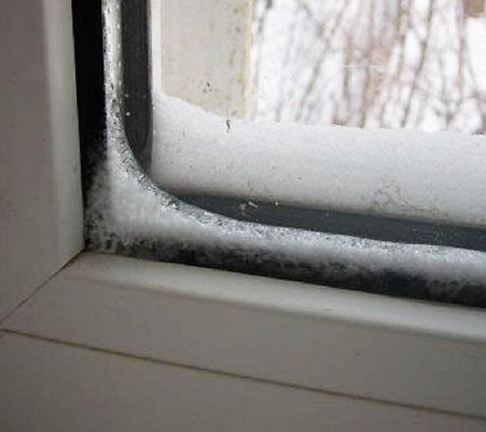 Наледь появляется из неправильной установки окна. / Фото: obustroeno.com