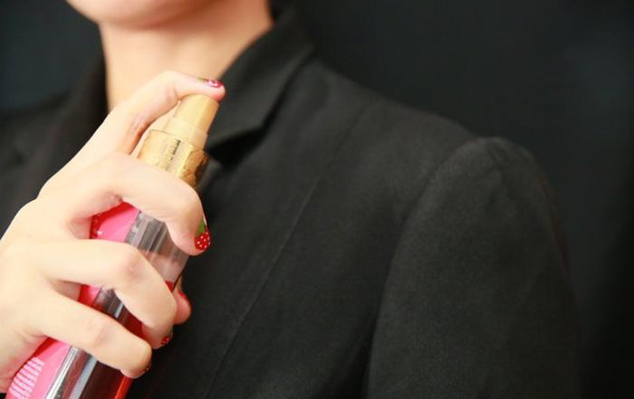 Нанесите небольшое количество парфюма на одежду. / Фото: chistyulka.ru