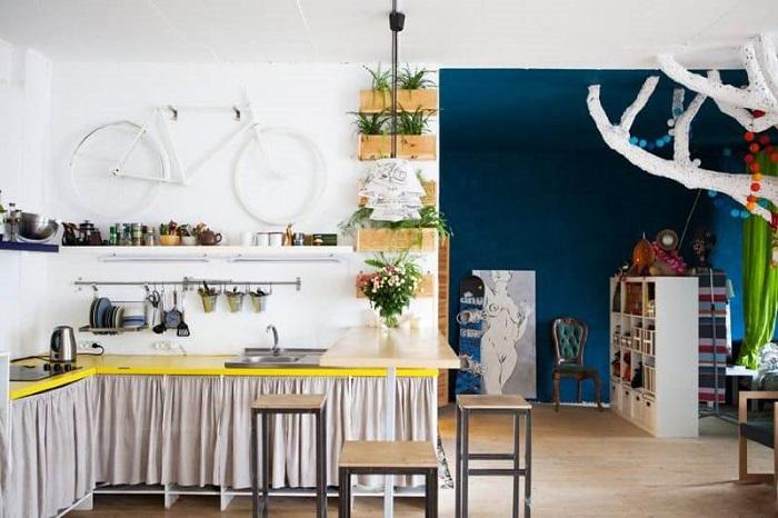 Шторки подойдут для деревенского стиля в интерьере. / Фото: kitchensinteriors.ru