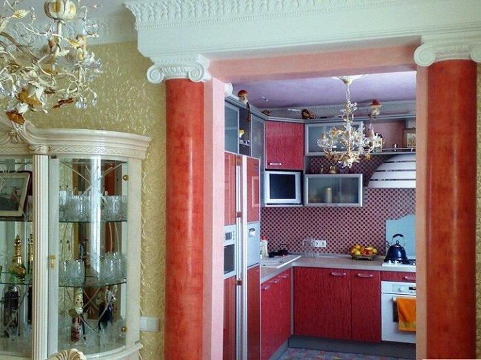 Вычурная люстра, колонны и лепнина не сочетаются с современным интерьером. / Фото: Zen.yandex.com