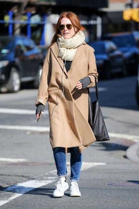 Бежевое пальто оверсайз идеально подходит для повседневного образа. / Фото: pinterest.ru