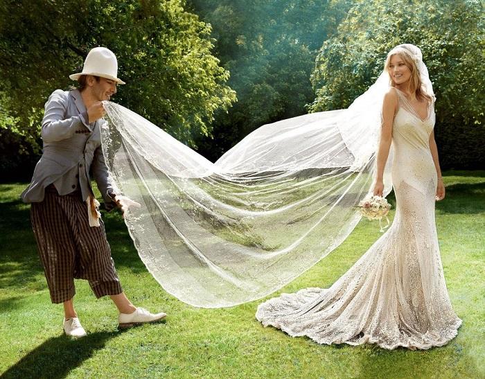 Кейт Мосс в платье от Джона Гальяно. / Фото: wedding-magazine.ru
