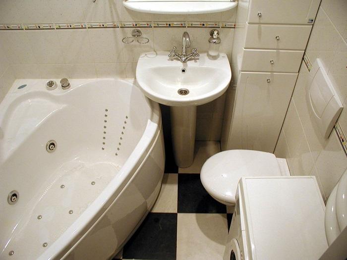 Отсутствие розеток в ванной комнате приносит много неудобств. / Фото: mirvannaja.ru