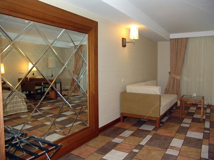 Отражение мебели в зеркале также играет большую роль при восприятии интерьера. / Фото: interiorsmall.ru