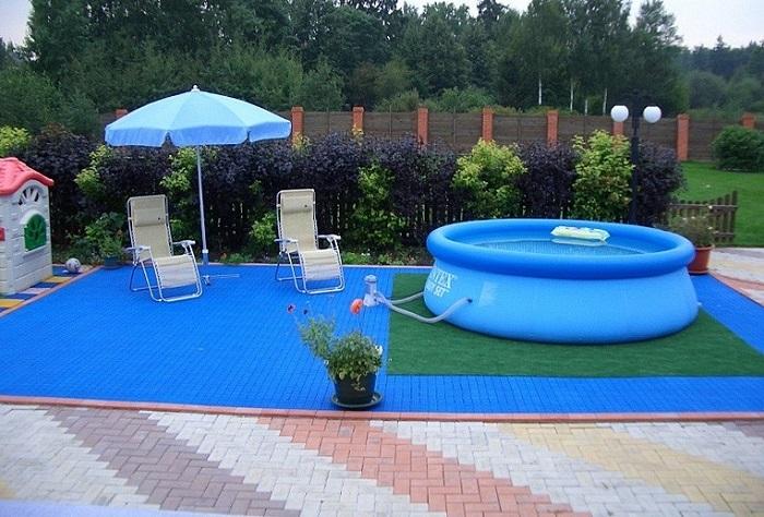 Бассейн - идеальный вариант для жаркого лета. / Фото: lifehacker.ru
