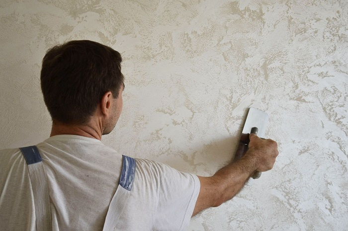 Для монтажа декоративной штукатурки нужны профессионалы. / Фото: dekoriko.ru
