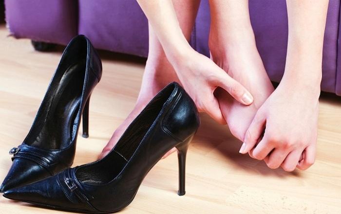 Неудобные каблуки или обувь, натирающая мозоли, не должна присутствовать в гардеробе. / Фото: subscribe.ru