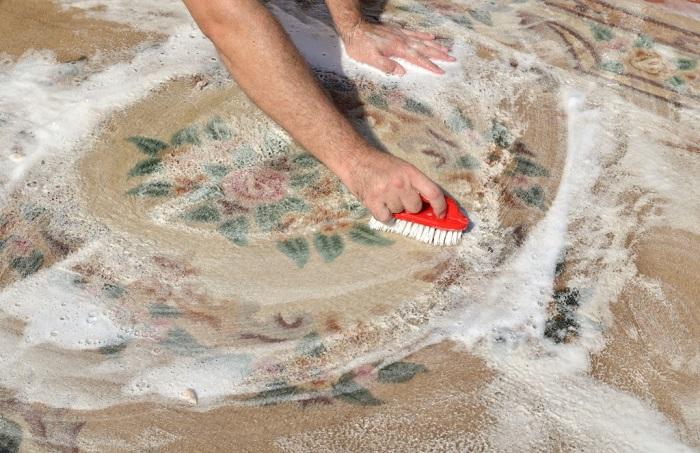 Ковер может испортиться из-за излишней влаги. / Фото: sovet.help