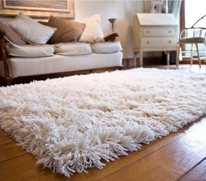 Белый ковер с длинным ворсом очень сложный в уборке. / Фото: koffkindom.ru