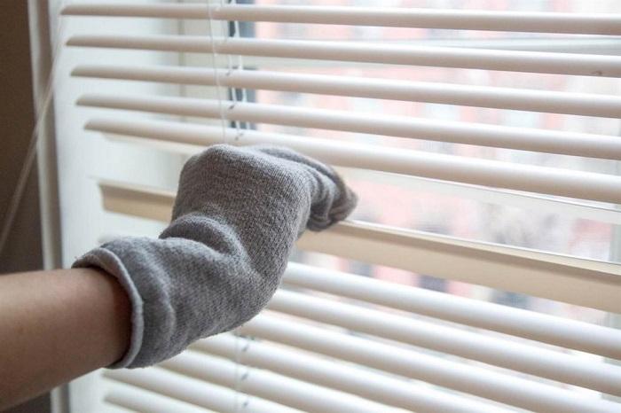 Перед уборкой носок нужно надеть на руку. / Фото: nastroy.net