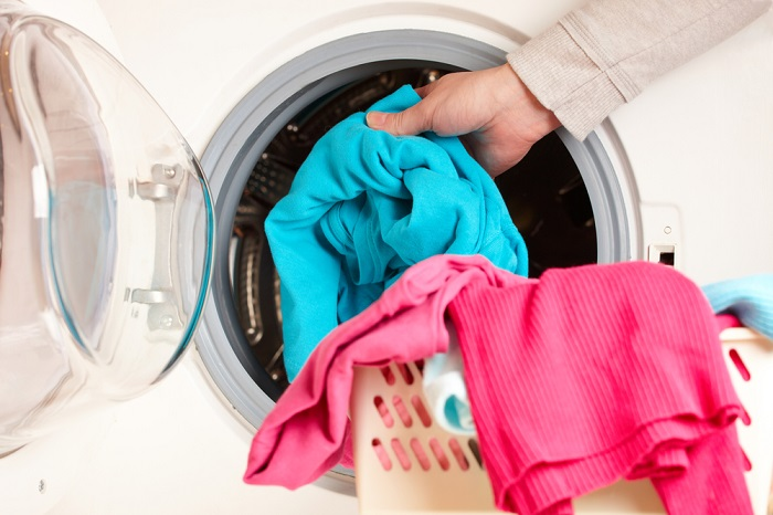 Вещи из стиральной машины нужно доставать сразу, чтобы они не помялись. / Фото: fb.ru