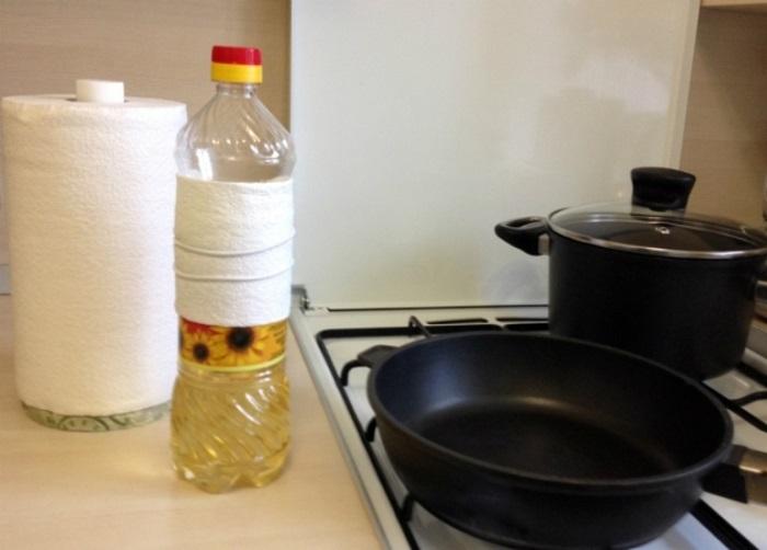 Чтобы капли не скатывались по бутылке, оберните ее бумажным полотенцем. / Фото: redsol.ru