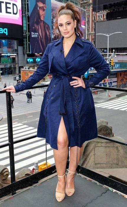Модель Эшли Грэм в синем тренче. / Фото: Pinterest.ru