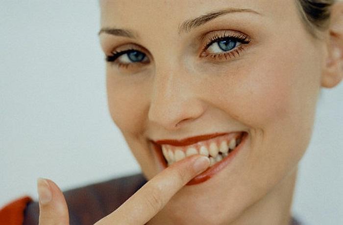 Зубную щетку можно заменить обычным пальцем. / Фото: pinterest.ru