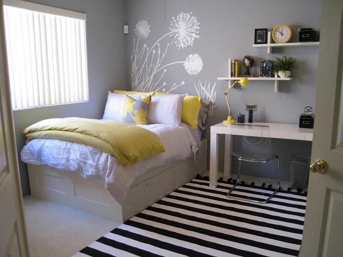 Большой ковер зрительно уменьшают крохотную спальню. / Фото: Zen.yandex.ru