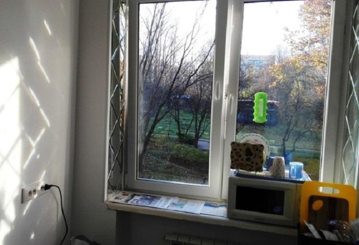 Зеркальные откосы зрительно увеличивают пространство. / Фото: babyblog.ru