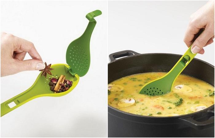 В ложку нужно положить специи и положить ее в кастрюлю с супом
