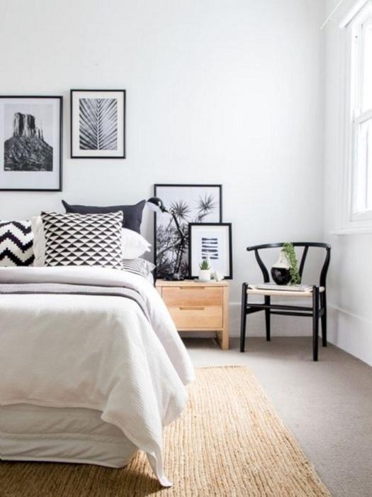 В спальне белый цвет является базовым, натуральный под дерево - дополнительным, и черный - акцентным. / Фото: decoredo.com