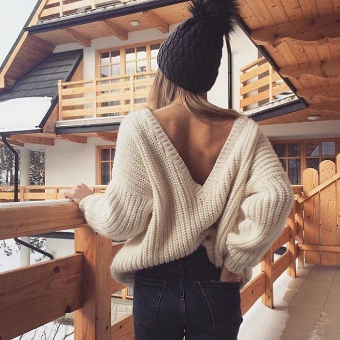 Свитер с голой спиной не спасет от холода. / Фото: nastroenie.plus