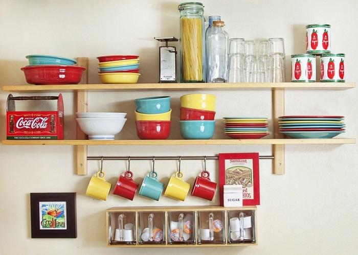 Яркая посуда на открытых полках - украшение вашей кухни. / Фото: pinterest.ru