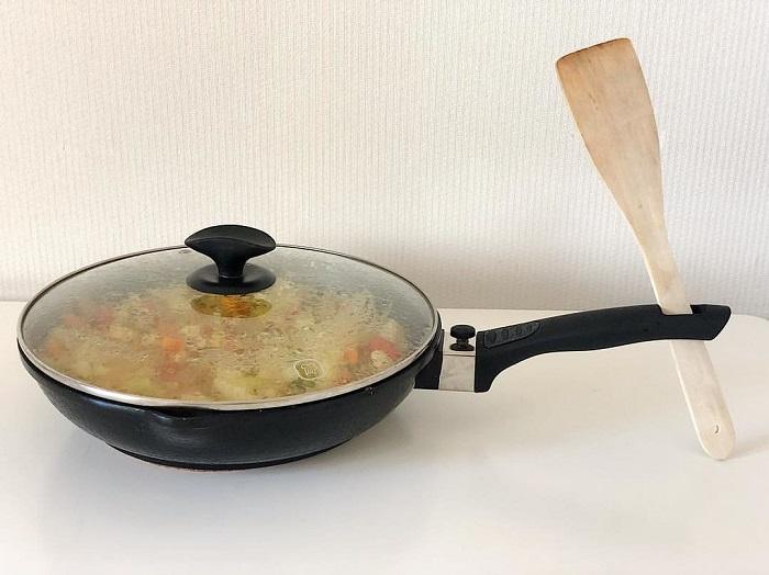 Отверстие в ручке сковороды нужно для лопатки. / Фото: Zen.yandex.com