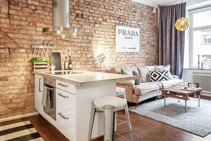 Спокойная сканди мебель прекрасно смотрится на фоне отделки в стиле лофт. / Фото: homius.ru