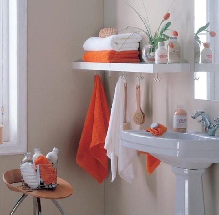 Разместите на стене деревянные полки для хранения. / Фото: takprosto.cc