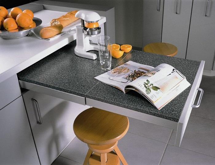 Скрытая столешница - отличное решение для маленькой кухни. / Фото: Zen.yandex.ru