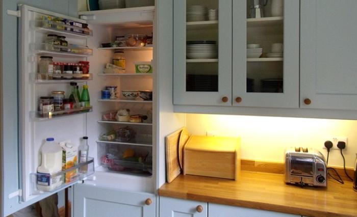Холодильник можно встроить в шкаф. / Фото: Pinterest.ru
