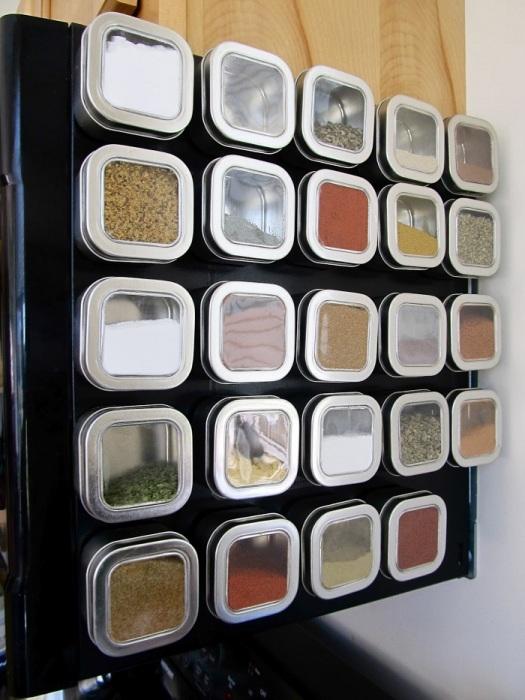 Размещение круп на магнитной доске сэкономит много места на кухне. / Фото: legko.com