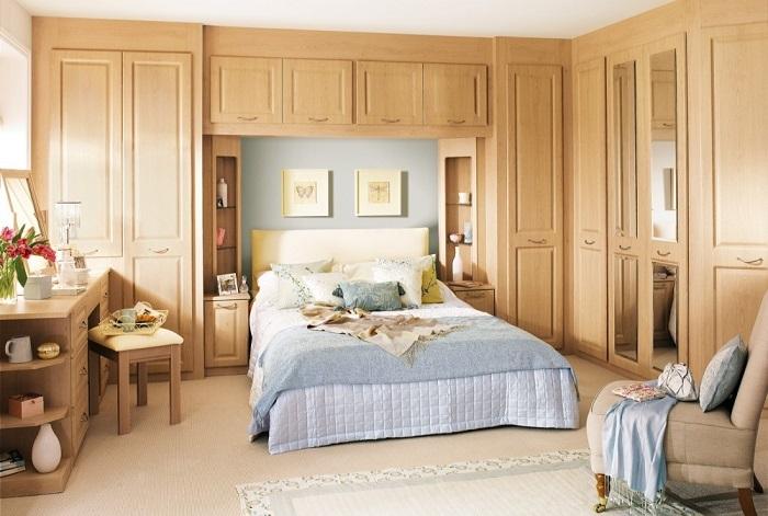 Огромный шкаф занимает все свободное место в комнате. / Фото: mebelindesign.ru