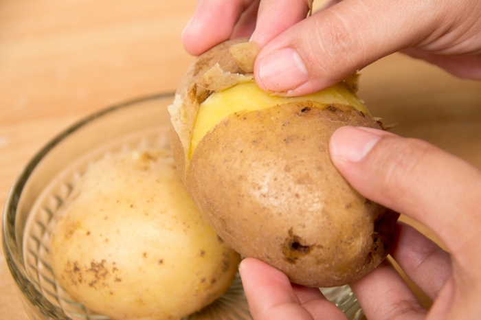 Сделайте на картофеле надрезы. / Фото: happybones.ru