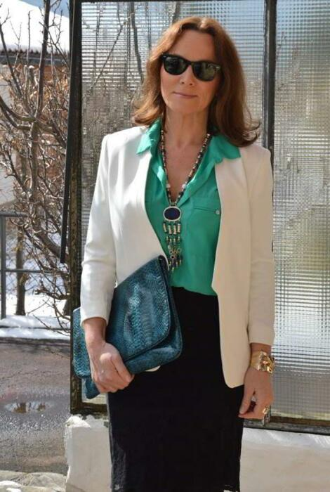 Зеленая блуза освежает образ. / Фото: pinterest.ru