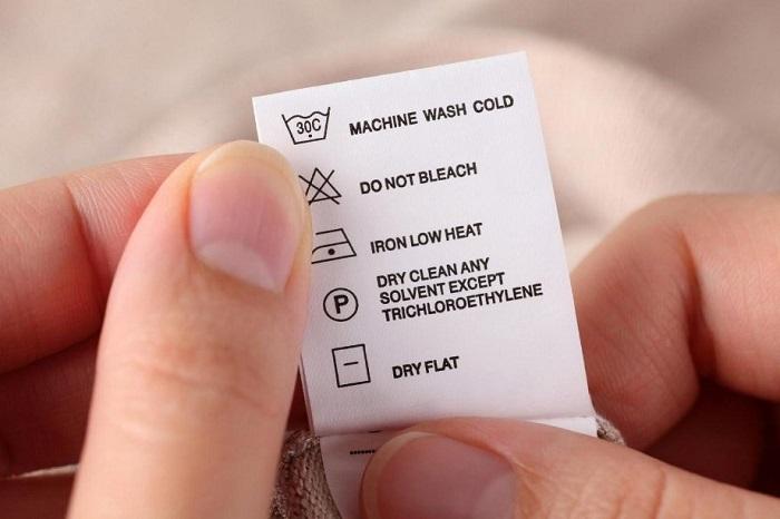 Смотрите на бирку на одежде, чтобы знать, как ухаживать за вещью. / Фото: 2000sovetov.com