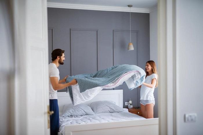 Заправлять кровать нужно через 20-30 минут после пробуждения. / Фото: dizainexpert.ru