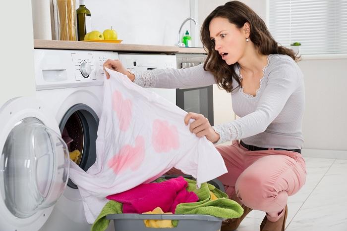 Розовое пятно может появиться, если стирать светлые вещи вместе с яркими. / Фото: pinterest.ru