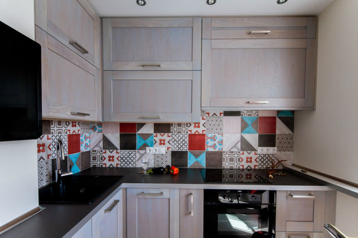 Разноцветный фартук станет отличным акцентом. / Фото: 6sotok-dom.com