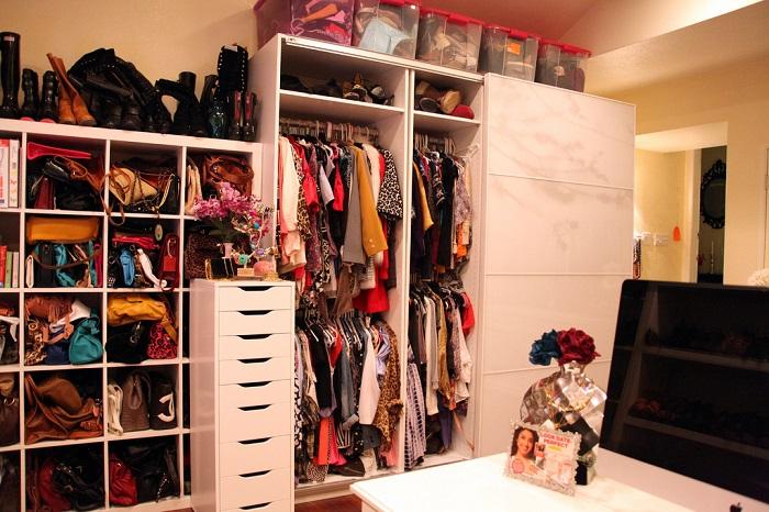 в шкафу много вещей, сначала нужно выбросить ненужные, а затем покупать новые. / Фото: Если pinterest.ru