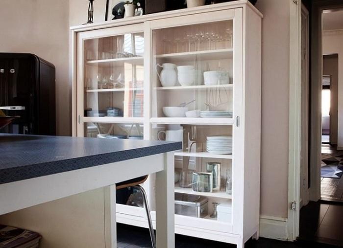 В шкафу-витрине хорошо смотрится красивая посуда. / Фото: pinterest.ru