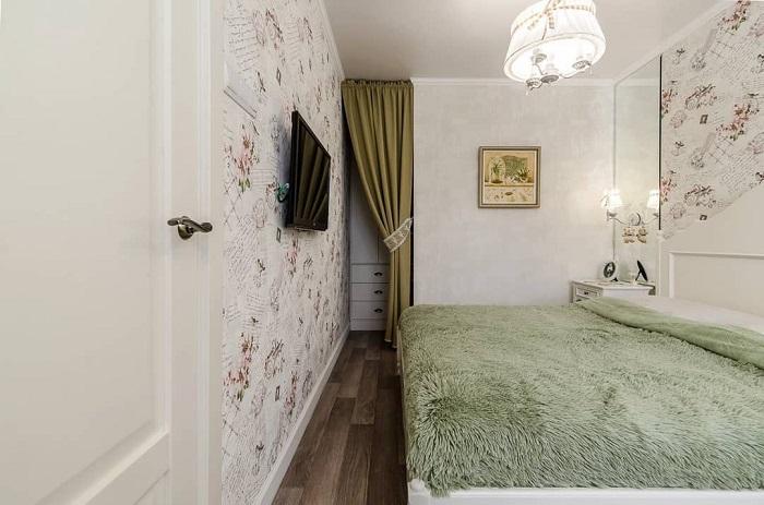 Акцентная стена - отличное решение для интерьера узкой спальни. / Фото: A-r-s.ru