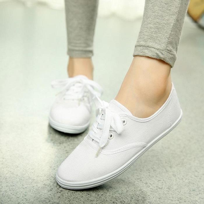 Белые кеды отлично сочетаются с любой одеждой. / Фото: Ali-trends.ru