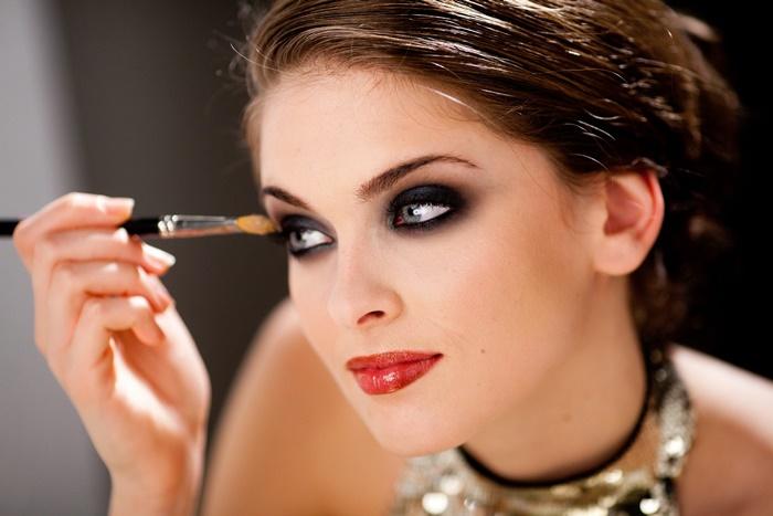 Тени под цвет глаз могут стать большим однотонным пятном. / Фото: Pinterest.ru