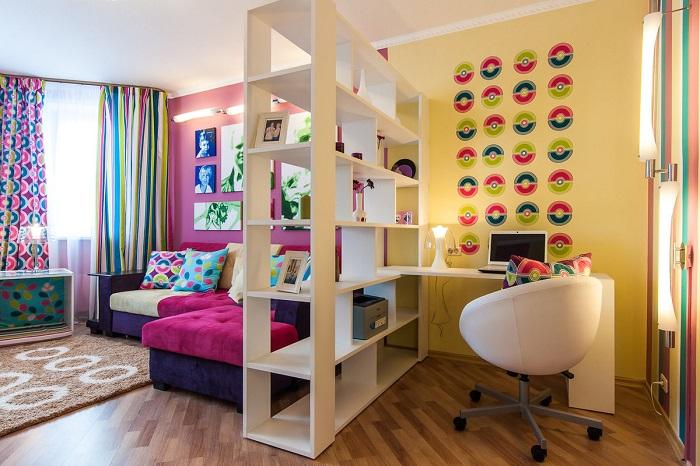 Стеллаж разделил комнату на зону для отдыха и зону для работы. / Фото: Archrevue.ru