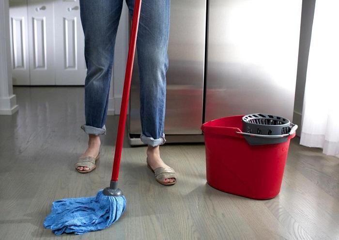Мытье полов не поможет, если предварительно не вытереть пыль. / Фото: Autogear.ru