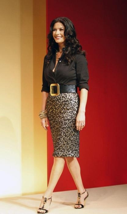 Кэтрин Зета-Джонс в юбке-карандаше и классической блузе. / Фото: Bellazon.com