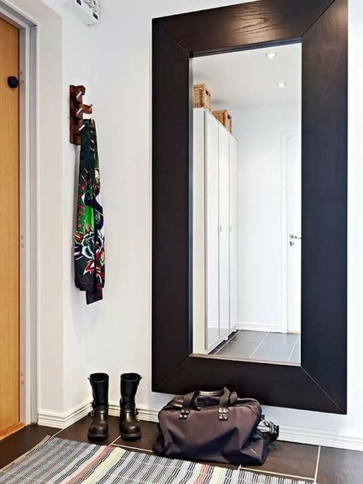 Большое зеркало визуально расширяет комнату. / Фото: Berkem.ru
