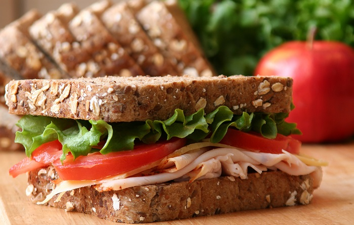 Сэндвич с ветчиной, листьями салата и помидором. / Фото: 1zoom.ru